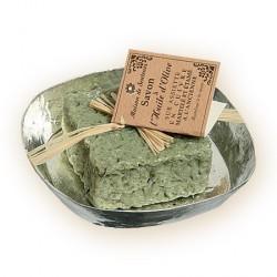 Savon à l'huile d'olive  avec particules de feuilles d'olivier sur porte savon en cuivre étamé.